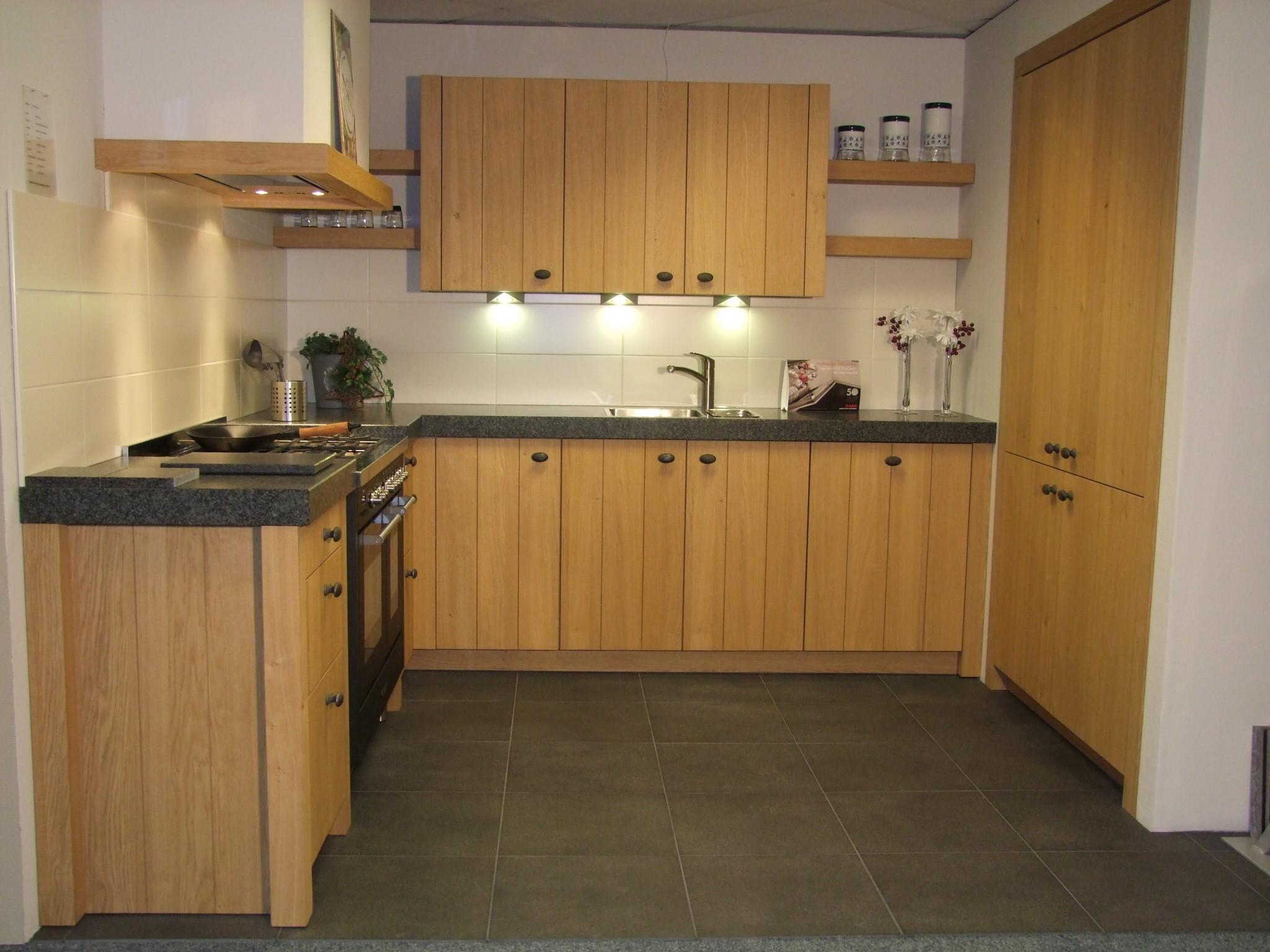 Sfeervolle houten keuken van Schroder   Kremer Keukens   Showroom opruiming