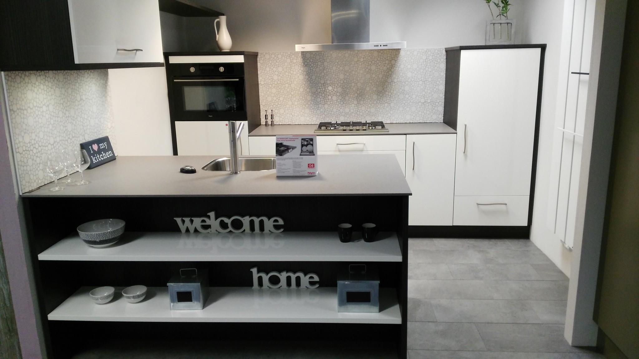 Kremer Keukens Tegels Sanitair C V : Moderne Schroder eilandkeuken Kremer Keukens Showroom
