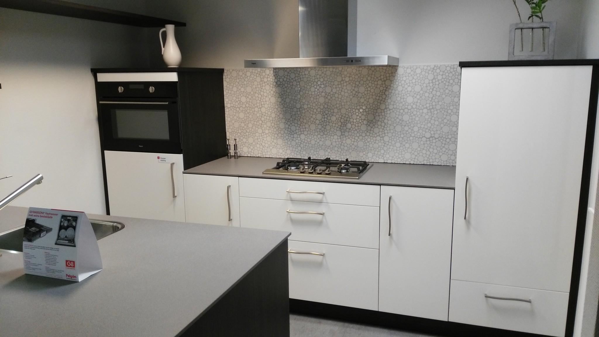 Moderne schroder eilandkeuken kremer keukens showroom opruiming - Moderne apparaten ...