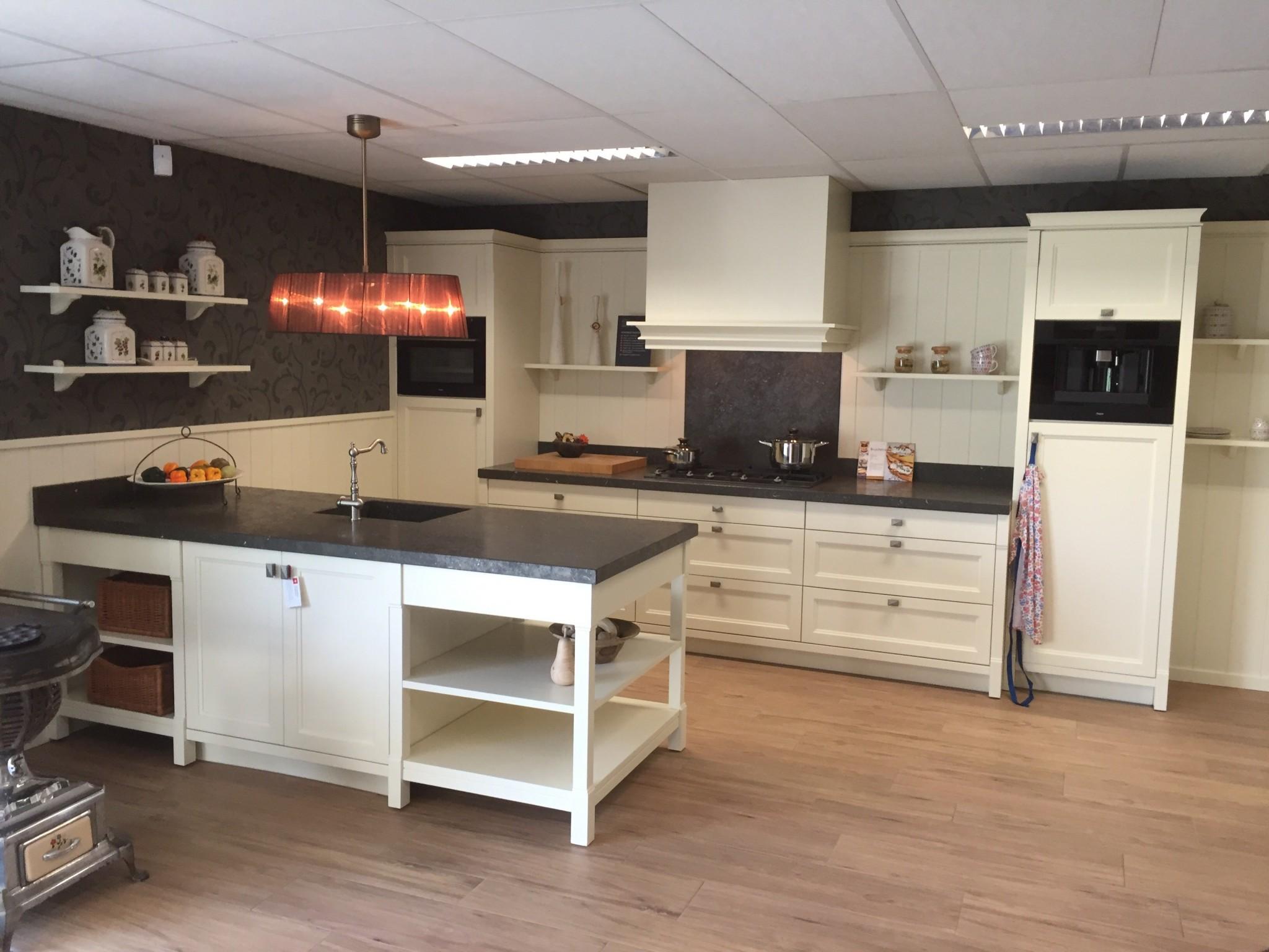 Massief Houten Keuken : Klassiek landelijk massief houten vancel keuken kremer keukens
